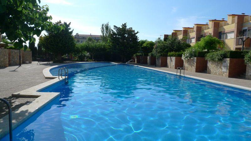 Zonas comunes con jardines y piscina de un apartamento de dos dormitorios en Alcossebre